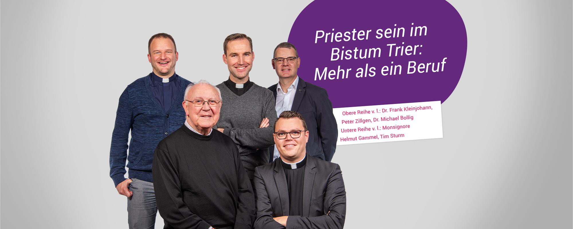 Eine 5er Gruppe Priester steht und sitzt in 2 Reihen als Gruppe eng zusammen und lächelt in die Kamera.