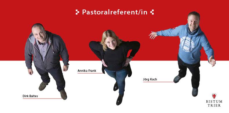 Ein rot-weißes Prospekt mit der Überschrift Pastoralreferent. Aus der Vogelperspektive sind 2 Männer und eine 1 Frau fotografiert, die von unten hinauf schauen.